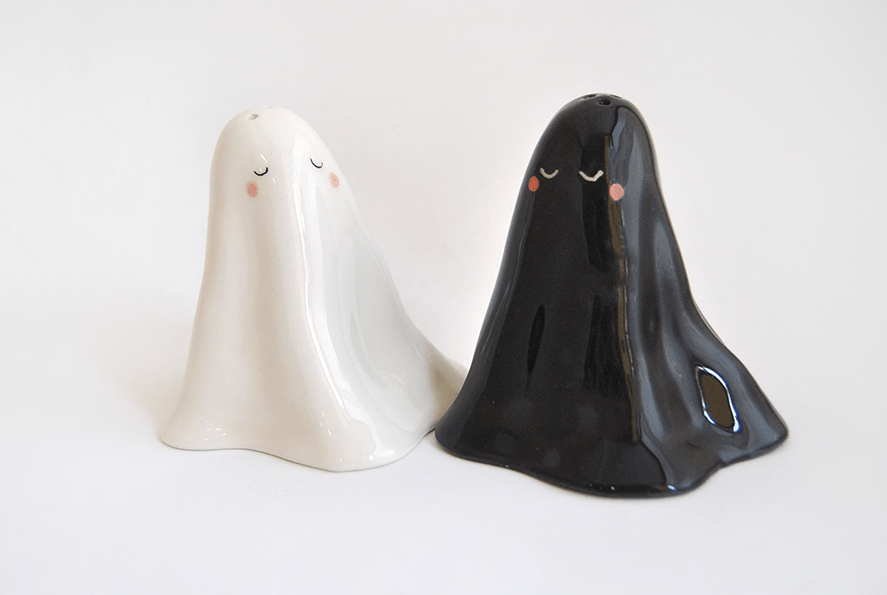 Ghosts Salt and Peppers Shakers in White and Black. Hallowen